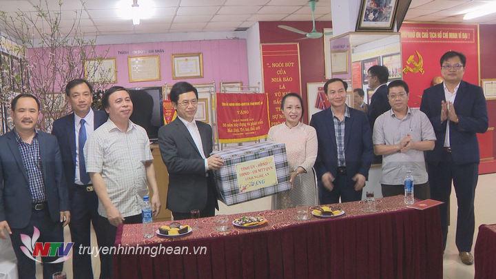 Phó Bí thư Thường trực Tỉnh uỷ Nguyễn Xuân Sơn tặng quà, chúc Tết CBNV Báo Nghệ An.