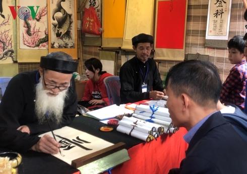 Ông đồ ngồi bên Hồ Văn (Văn Miếu-Quốc Tử Giám) đã qua các kỳ thi tuyển, mặc áo dài, khăn đóng khi cho chữ.