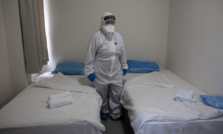 Bác sĩ tại phòng cách ly những người Israel trở về từ Trung Quốc gần Tel Aviv ngày 19/2. Ảnh: AFP.