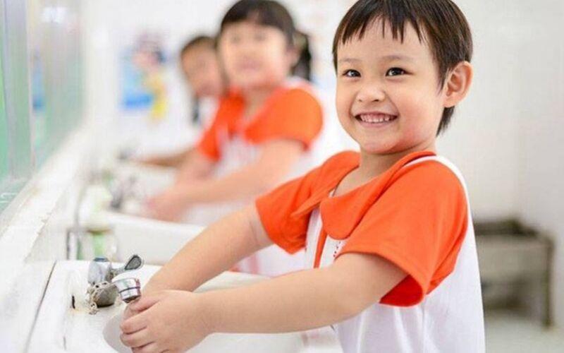 Hướng dãn trẻ cần rửa tay sạch bằng xà phòng dưới vòi nước