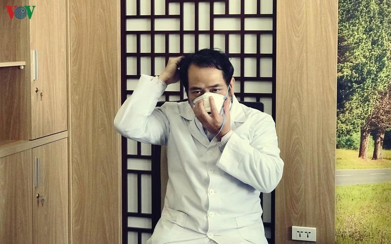 Bác sĩ Nguyễn Trung Cấp hướng dẫn đeo khẩu trang đúng cách.