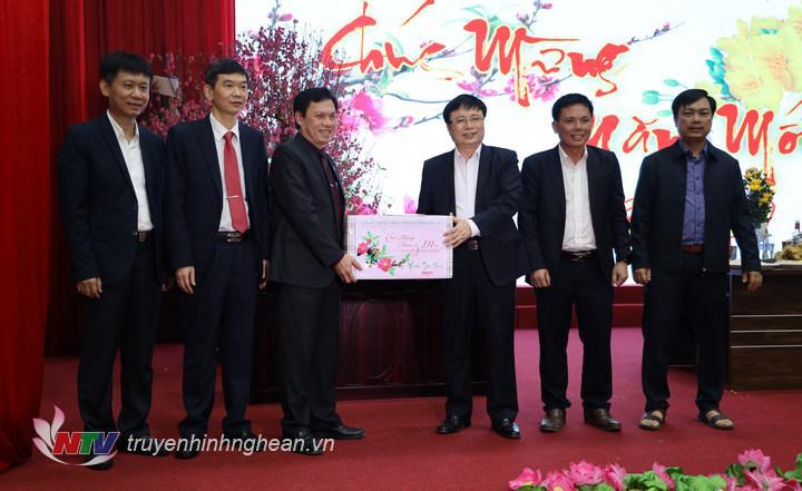 Phó Chủ tịch UBND tỉnh trao quà Tết cho Bệnh viện Hữu nghị đa khoa tỉnh.