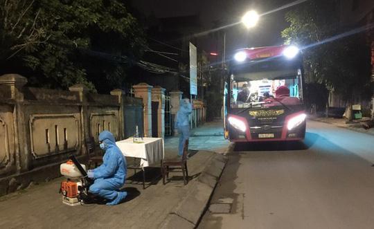 Đêm 31-1, một sinh viên (F1) Trường ĐH FPT đi trên xe khách từ Hà Nội về đến TP Vinh (Nghệ An), được đưa đi cách ly và xét nghiệm âm tính với SARS-CoV-2.