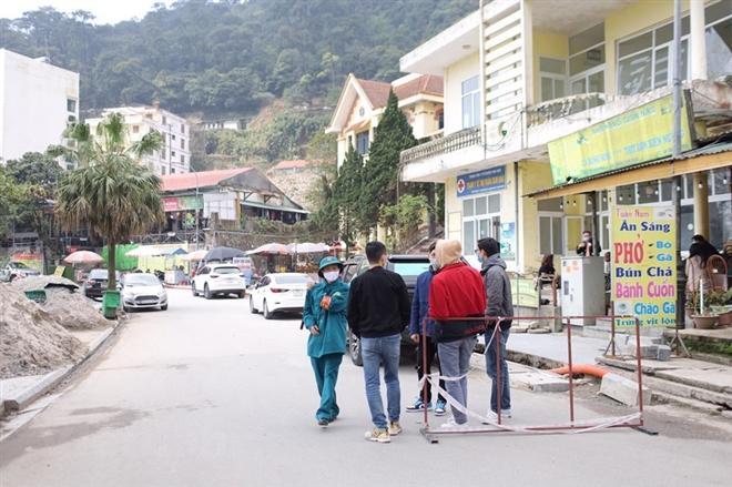 Lực lượng chức năng khu du lịch Tam Đảo yêu cầu du khách khai báo y tế. (Ảnh: Vietnamplus)