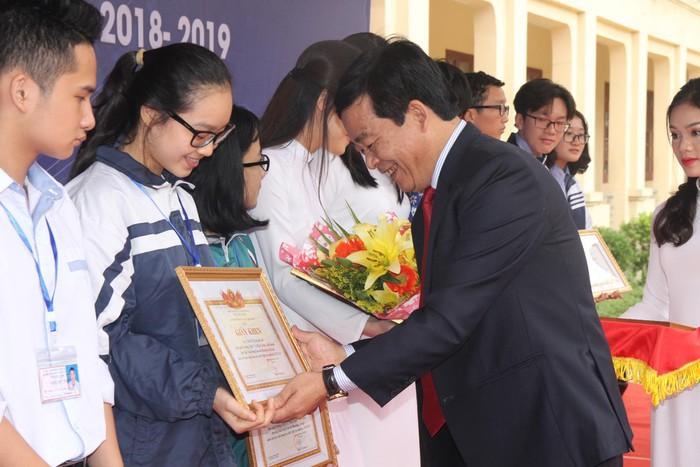 Trao bằng khen cho học sinh có dự án KHKT đạt giải năm 2018-2019.