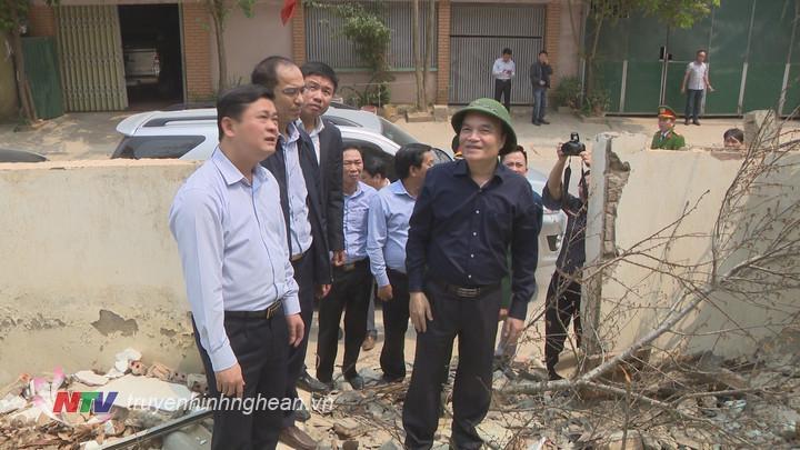 Tại khối 4, thị trấn Mường Xén, Chủ tịch UBND tỉnh đã kiểm tra việc khắc phục sạt lở.