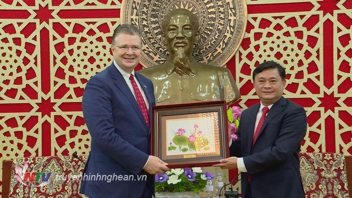 thay mặt lãnh đạo tỉnh tặng quà lưu niệm cho ngài Daniel Kritenbrink, Đại sứ Hoa Kỳ tại Việt Nam nhân chuyến thăm của Ngài đến