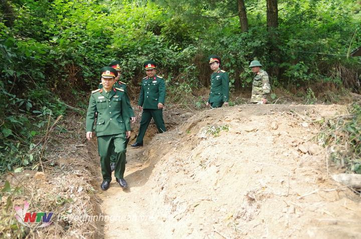 Thủ trưởng Bộ CHQS tỉnh kiểm tra căn cứ hậu phương của Ban CHQS Thành phố VInh.