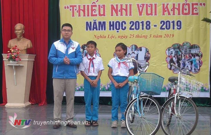 Trao quà tại trường tiểu học Nghĩa Lộc 1.