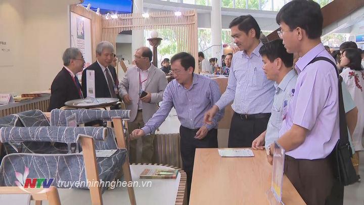 Phó Chủ tịch UBND tỉnh Đinh Viết Hồng tham quan các sản phẩm tại hội chợ.