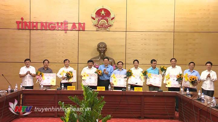 Lãnh đạo tỉnh trao quà tặng các đồng chí cán bộ chủ chốt của tỉnh, sở, ngành, huyện, thành, thị đã nghỉ hưu.