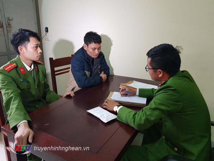 Đối tượng Nguyễn Văn Nhân bị Công an huyện Diễn Châu bắt giữ khi đang chờ giao dịch bán 47 viên ma túy. Ngay sau đó khám xét tại nhà đối tượng thu giữ thêm 100 viên ma túy tổng hợp.