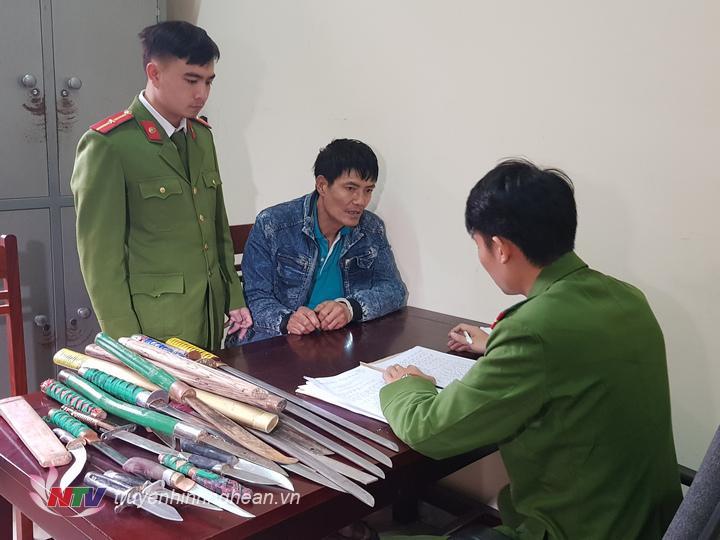 Đối tượng Trần Văn Hiển và tang vật tại cơ quan Công an huyện.