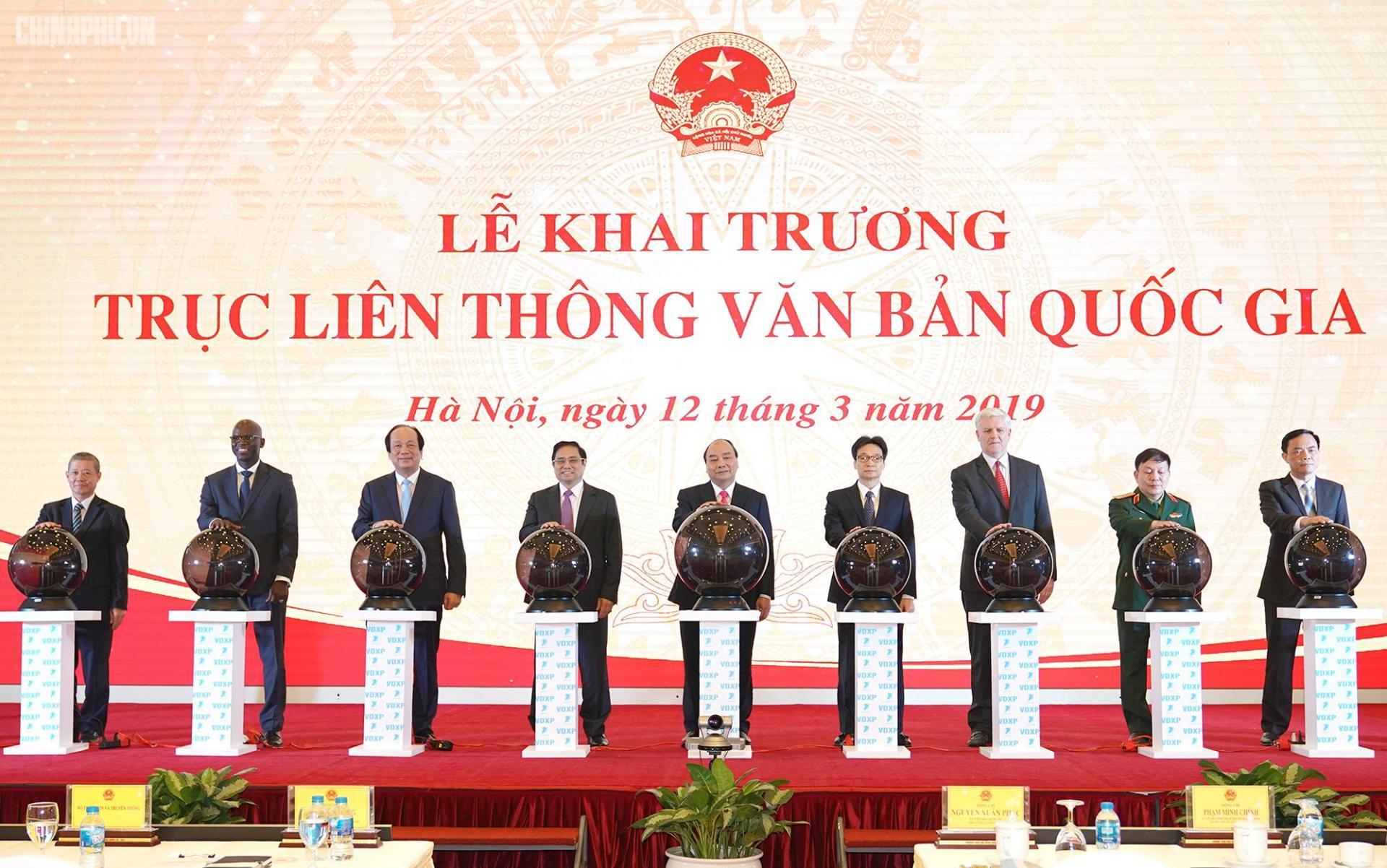 Thủ tướng Chính phủ Nguyễn Xuân Phúc cùng các vị lãnh đạo thực hiện nghi thức khai trương Trục liên thông văn bản quốc gia. Ảnh VGP/Quang Hiếu