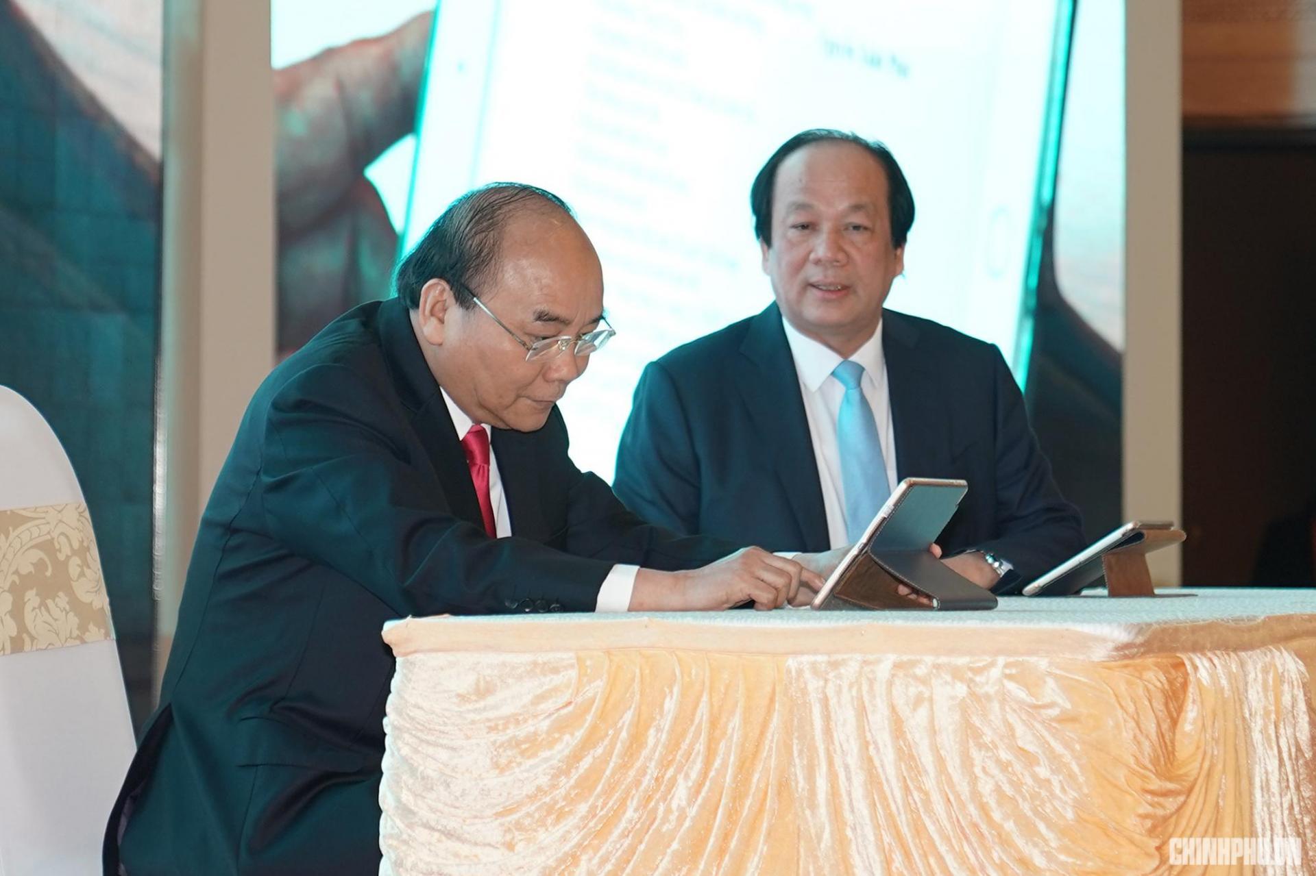 Thủ tướng Nguyễn Xuân Phúc ký ban hành văn bản trên hệ thống quản lý văn bản điện tử. Ảnh VGP/Quang Hiếu