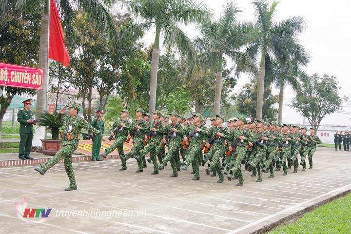 Đội hình cán bộ, chiến sĩ Trung đoàn 764 đang diễu duyệt đội ngũ qua lễ đài danh dự