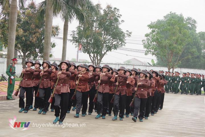 Đội hình nữ dân quân Làng Đỏ (phường Hưng Dũng, TP Vinh) đang diễu duyệt đội ngũ qua lễ đài