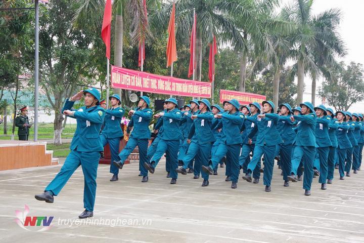 Khối học viên Trường Quân sự đang diễu duyệt đội ngũ qua lễ đài danh dự