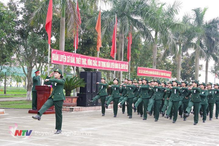 Khối nữ sĩ quan, cán bộ, chiến sĩ Bộ CHQS tỉnh đang diễu duyệt đội ngũ qua lễ đài danh dự