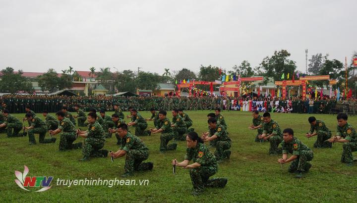 Lực lượng đặc nhiệm Bộ đội biên phòng tỉnh biểu diễn bài quyền với dao găm.