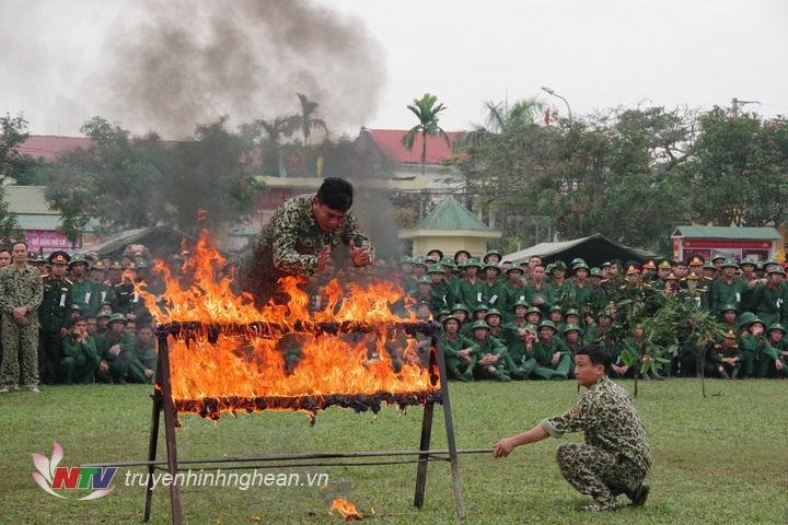 Nhân viên Đại đội Trinh sát 20 thể hiện động tác bay qua hàng rào lửa