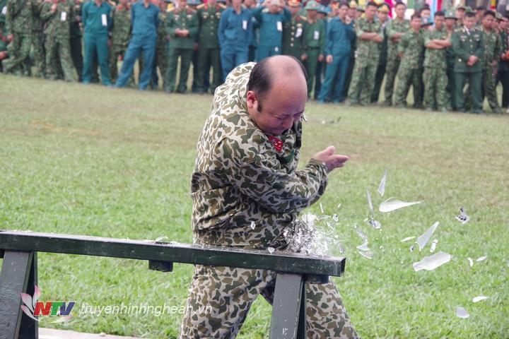 Nhân viên Đại đội Trinh sát 20 thể hiện nội dung dùng tay chặt vỡ chai.
