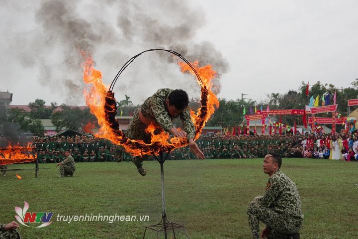 Chiến sĩ Đại đội Trinh sát 20 thể hiện động tác bay qua vòng lửa.