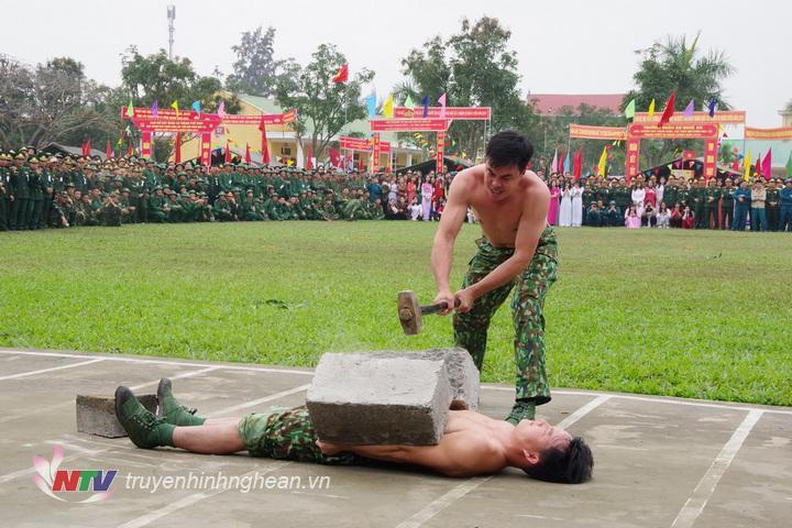 Chiến sĩ đặc nhiệm Bộ đội Biên phòng tỉnh thể hiện nội dung dùng búa đập vỡ khối bê tông đặt trên bụng.