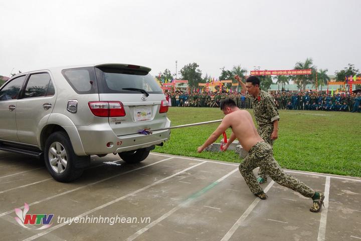 Chiến sĩ trinh sát Đại đội 20 thể hiện màn khí công, dùng giáo nhọn đặt vào cổ đẩy xe ô tô con di chuyển.