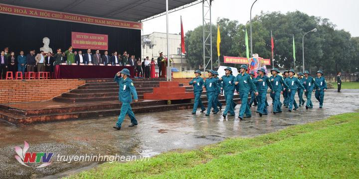 Các lực lượng diễu hành tại lễ ra quân.