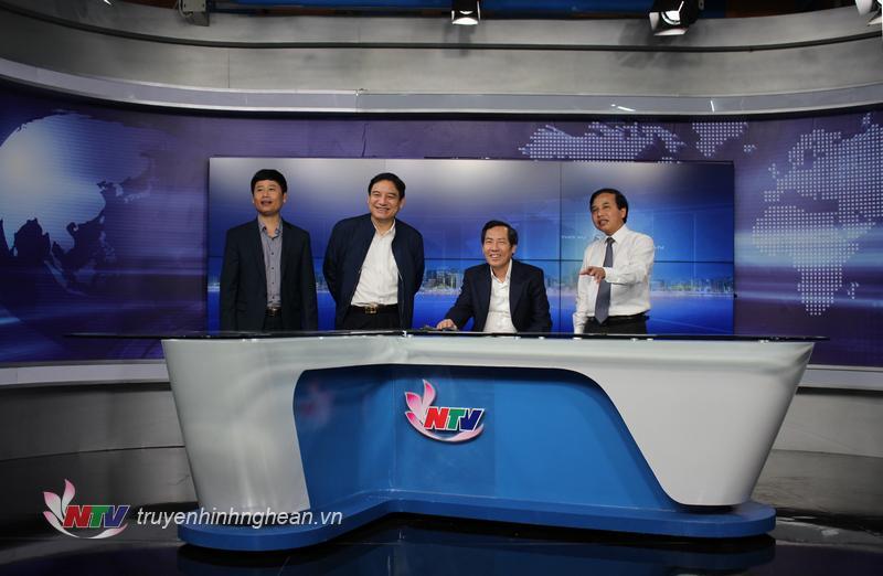 ổng biên tập Báo Nhân dân Thuận Hữu và Bí thư Tỉnh uỷ Nguyễn Đắc Vinh tham quan Studio Minh Hồng.