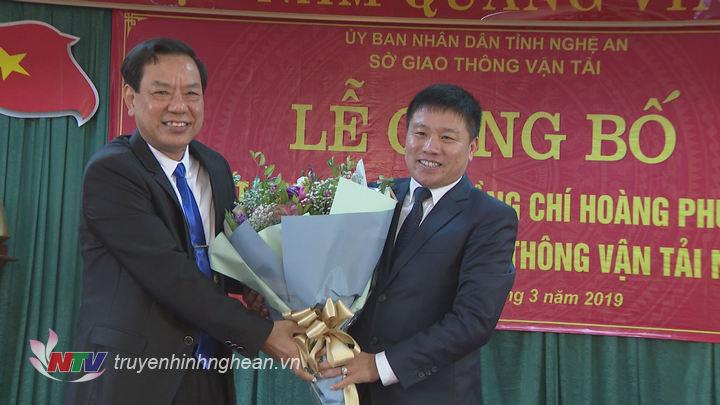 Đồng chí Nguyễn Hồng Kỳ nguyên Giám đốc Sở GTVT tặng hoa chúc mừng tân Giám đốc Sở GTVT.