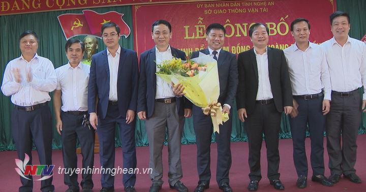 Lãnh đạo Sở tặng hoa chúc mừng tân Giám đốc Sở GTVT.