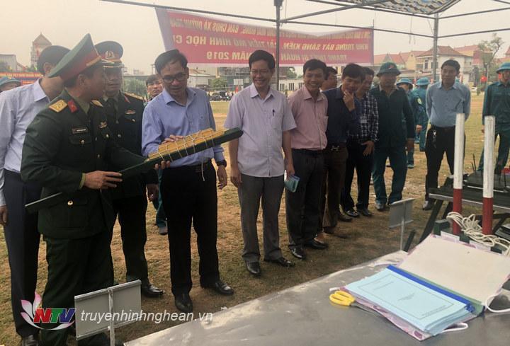 Lãnh đạo thị xã tham quan mô hình học vụ phục vụ cho công tác huấn luyện của LLVT phường Quỳnh Xuân