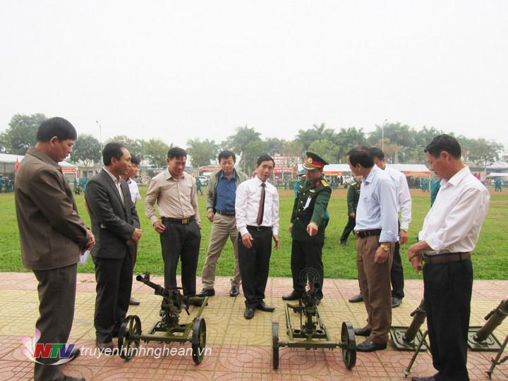 Các đại biểu tham quan mô hình, học cụ tham gia huấn luyện
