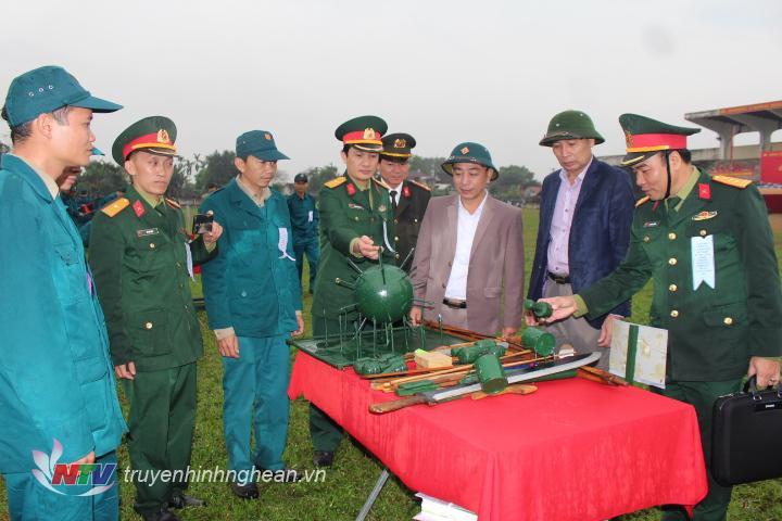 Lãnh đạo huyện Quỳ Hợp tham quan mô hình học cụ.