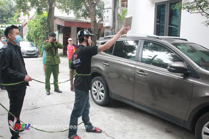 Đối tượng Vương Văn Long thực hiện lại quá trình đập kính để trộm cắp tài sản