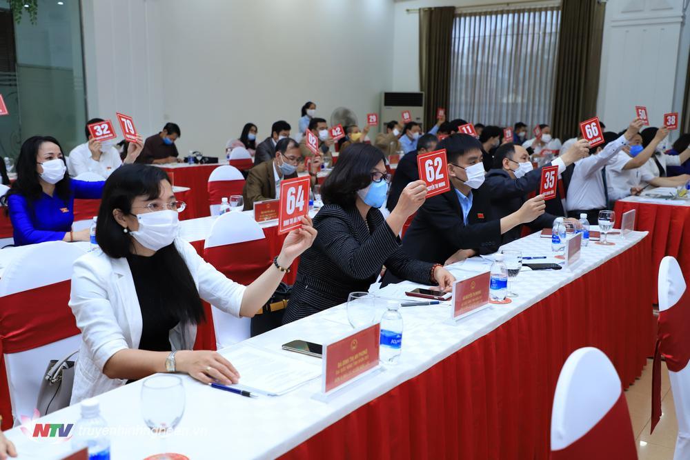Các đại biểu HĐND tỉnh biểu quyết thông qua dự thảo Nghị quyết xác nhận kết quả bầu cử bổ sung chức danh Ủy viên UBND tỉnh nhiệm kỳ 2016-2021 đối với các ông Nguyễn Văn Đệ và ông Nguyễn Trường Giang.