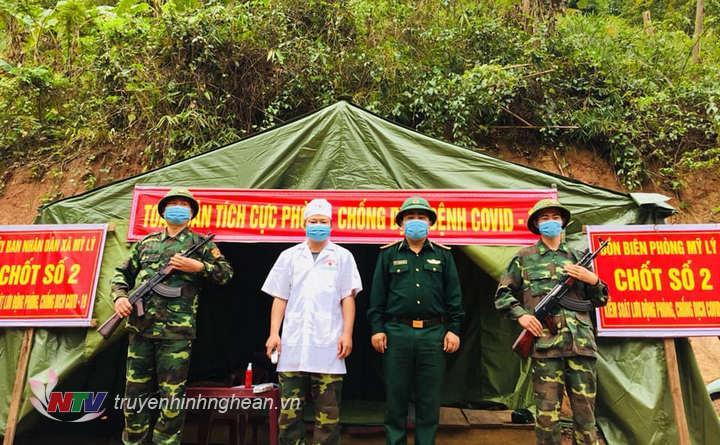 Hiện đã có 5 tổ chốt kiểm soát lâm thời được lập ra để kiểm soát người, phương tiện ra vào địa bàn 2 xã biên giới Mỹ Lý và Bắc Lý, huyện Kỳ Sơn