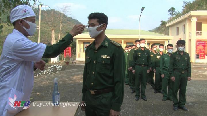 Chiến sĩ Quân y của đơn vị thường xuyên tổ chức đo kiểm tra thân nhiệt, khám kiểm tra tình trạng sức khỏe cho tất cả cán bộ chiến sỹ