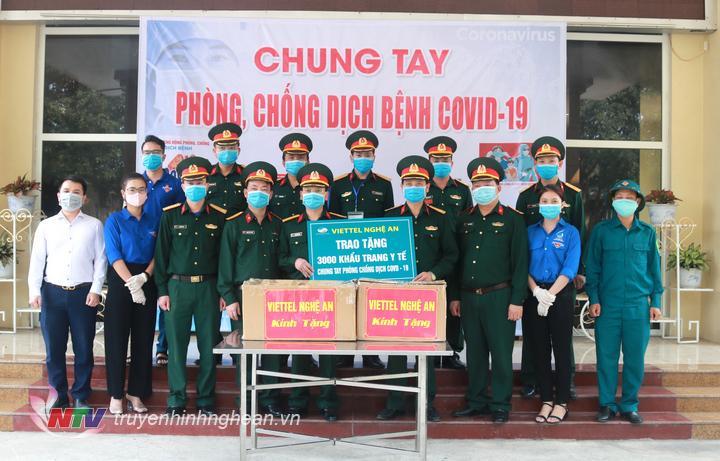 trao tặng 3000 khẩu trang của Chi nhánh Viettel Nghệ An cho các lực lượng.