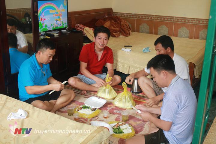 Bữa cơm của công dân luôn đảm bảo đầy đủ chất theo tiêu chuẩn của bộ đội.