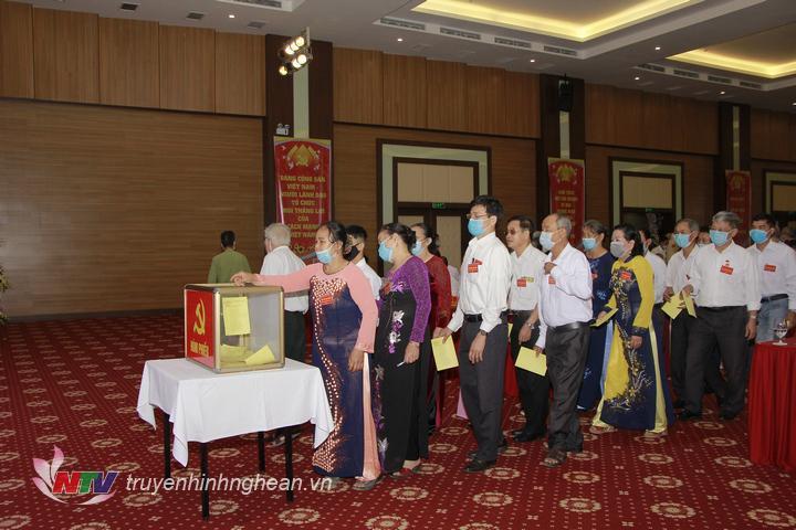 Các địa biểu bỏ phiếu bầu BCH Đảng bộ phường Quỳnh Thiện khó XXVI, nhiệm kì 2020- 2025