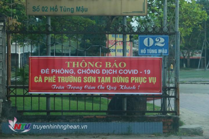 Ngay sau khi có chỉ đạo của UBND tỉnh, tại Tp Vinh nhiều cửa hàng đã đóng cửa, treo biển thông báo tạm dừng phục vụ theo chủ trương chống dịch Covid-19 của thành phố.