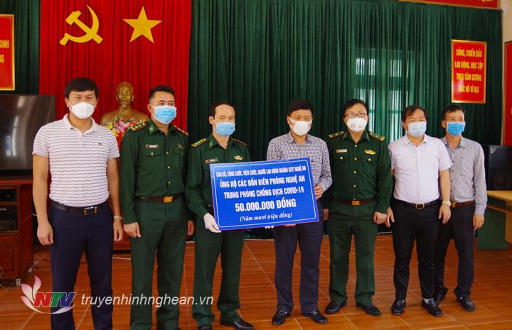 Đại diện ngành Giao thông Vận tải tỉnh Nghệ An đã trao tặng số tiền 50 triệu đồng cho các đồn biên phòng Nghệ An đang thực hiện nhiệm vụ phòng chống dịch Covid – 19.