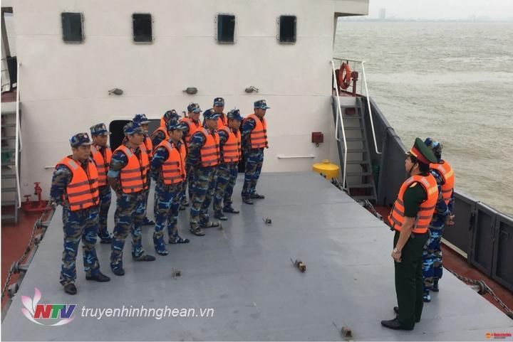 Chỉ huy Lữ đoàn giao nhiệm vụ trước khi tàu huấn luyện trên biển
