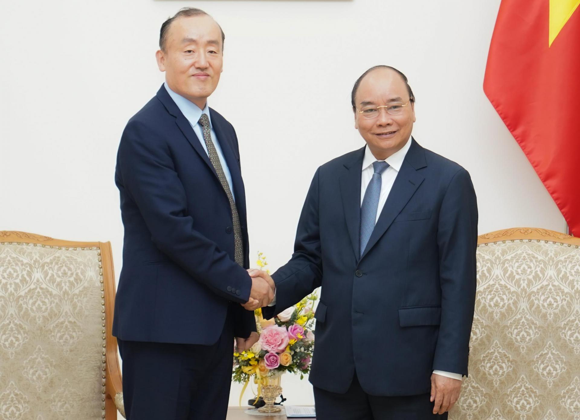 Thủ tướng Chính phủ Nguyễn Xuân Phúc tiếp Trưởng đại diện Tổ chức Y tế thế giới tại Việt Nam, TS. Kidong Park ngày 14/3.