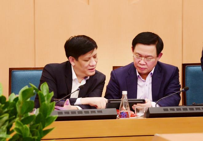 Bí thư Hà Nội Vương Đình Huệ trao đổi với Thứ trưởng Bộ Y tế Nguyễn Thanh Long tại cuộc họp đêm 6/3.