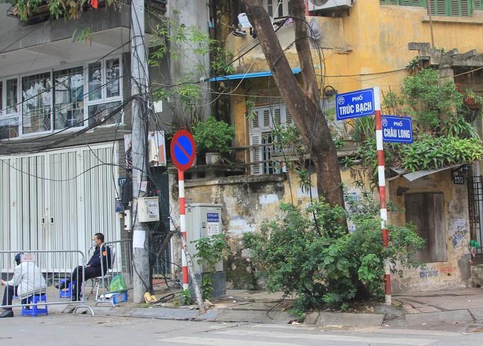 Hà Nội tiến hành cách ly khu phố nơi bệnh nhân số 17 cư trú.