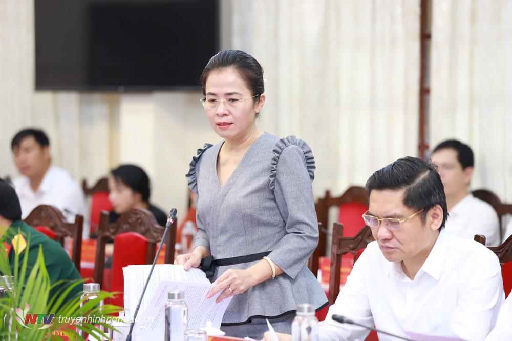 Đồng chí Võ Thị Minh Sinh - Ủy viên Ban Thường vụ Tỉnh ủy, Chủ tịch Ủy ban Mặt trận Tổ quốc Việt Nam tỉnh Nghệ An phát biểu tại hội nghị.